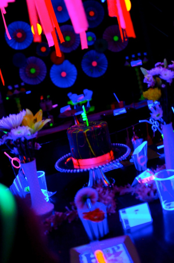 Neon-Glow-in-the-Dark-Party-Table